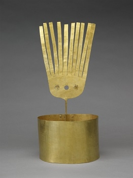 A gold crown (llauto) formed of a plain band with single riveted seam, fitted at the back with a plume with fringed upper section, the lower part with three pierced circles, two fitted with suspended discs. The crown was excavated in 1854 in Chordeleg in