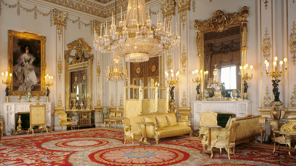 White and golden coloured richly furnished drawing room