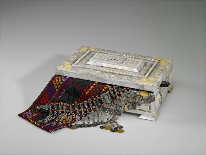 Bridal necklace (kirdan) and casket
