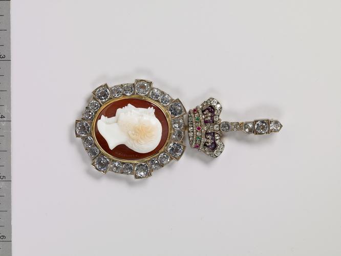 Royal Order of Victoria and Albert: Queen Victoria's badge