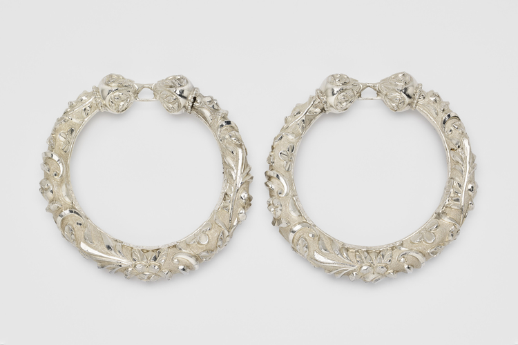 Master: Pair of bracelets in a silver box
