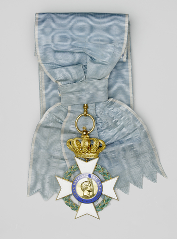 Sash badge: Gold 5-arched crown above eight-pointed white enamel cross on 1/2 laurel 1/2 oak wreath. Obverse centre: gold, right profile head of King Otto I, surrounded by inscription, gold in blue; Reverse centre: Greek cross, white on blue, arms of Witt
